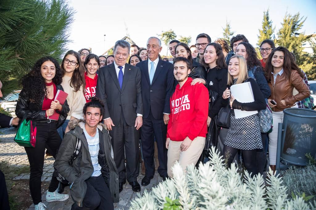 Juan Manuel Santos and Marcelo Rebelo de Sousa with students from NOVA University