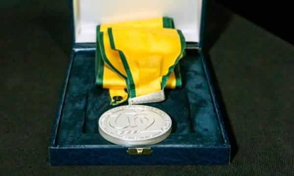 Medalha ilustrativa da atribuição do titulo de Doutor Honoris Causa