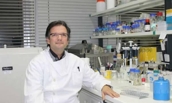 Professor Miguel Viveiros no laboratório