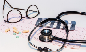Imagem ilustrativa de cuidados de saúde com ferramentas médicas