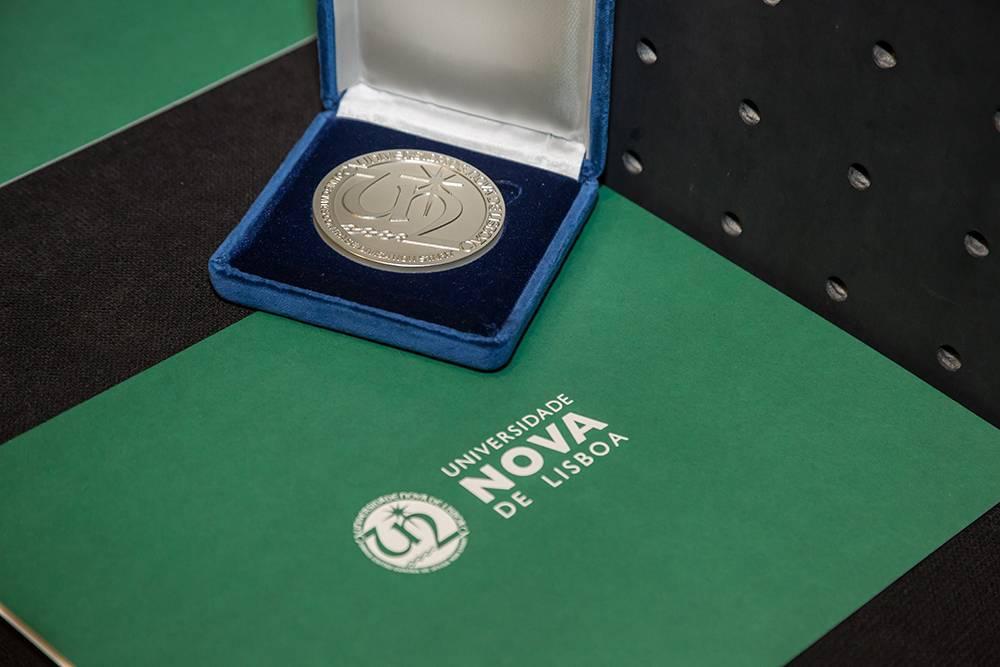 Medalha de Mérito, atribuída a três figuras relevantes ligadas à NOVA