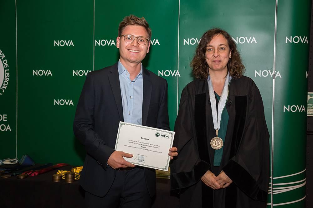Johannes Spielberger, em representação da equipa vencedora do NOVA Idea Competition, e Prof.ª Isabel Rocha