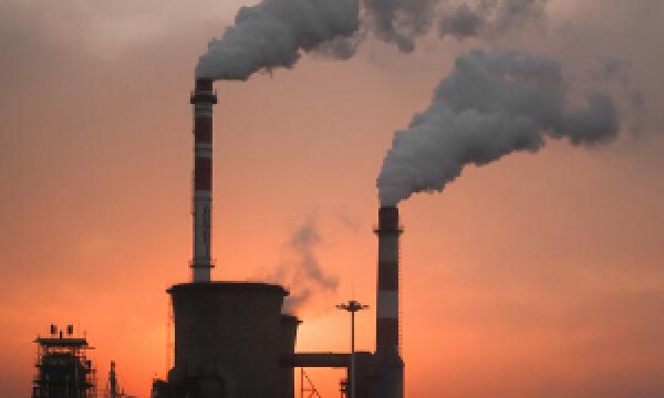 Imagem de chaminés de fábrica, ilustrativa de CO2